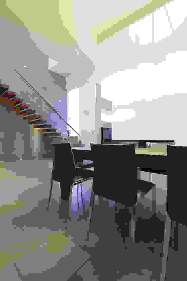 Dom jednorodzinny w Chybach Nowoczesna jadalnia od Studio Nomo Nowoczesny