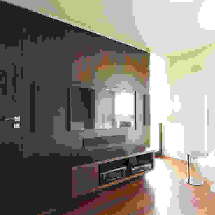 Dom jednorodzinny w Chybach: styl , w kategorii Pokój multimedialny zaprojektowany przez Studio Nomo,Nowoczesny