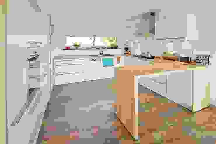 Modern kitchen by FingerHaus GmbH - Bauunternehmen in Frankenberg (Eder) Modern
