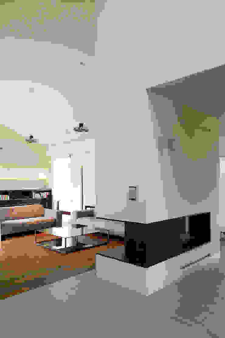 Dom jednorodzinny w Chybach Nowoczesny salon od Studio Nomo Nowoczesny