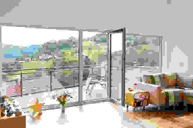 Frei geplantes Kundenhaus - Wohnzimmer mit direktem Zugang auf den Balkon Moderne Wohnzimmer von FingerHaus GmbH - Bauunternehmen in Frankenberg (Eder) Modern