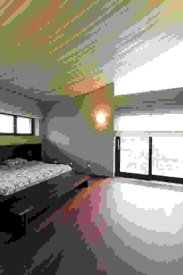 Dom jednorodzinny w Chybach Nowoczesna sypialnia od Studio Nomo Nowoczesny