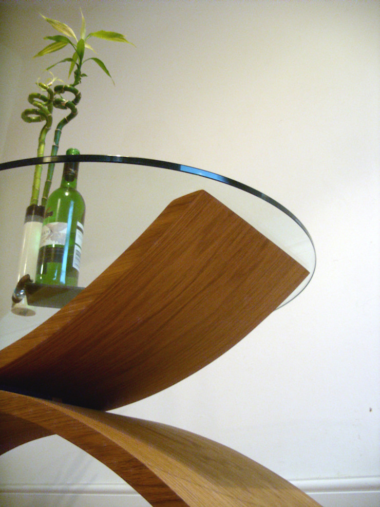 Reflections coffee table, wooden curves with glass top par ChippDesigns Minimaliste