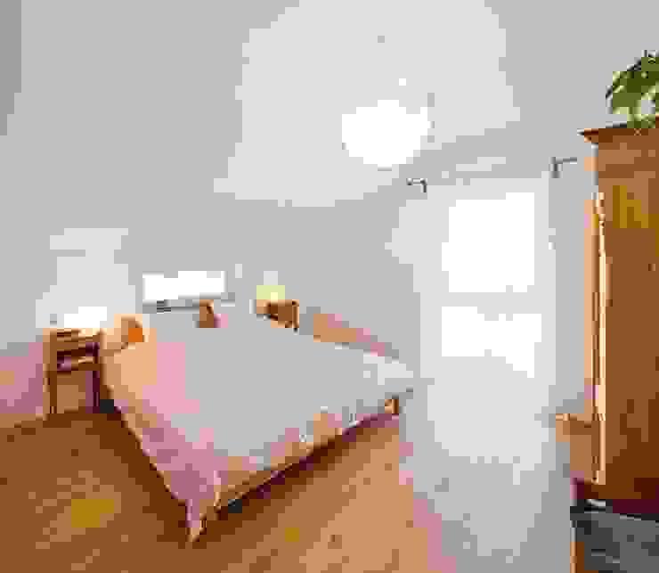 Country style bedroom by FingerHaus GmbH - Bauunternehmen in Frankenberg (Eder) Country
