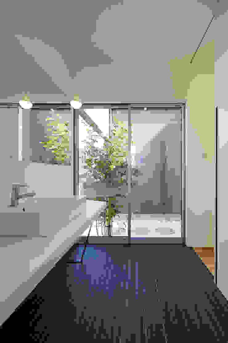 Modern Bathroom by NEWTRAL DESIGN Modern