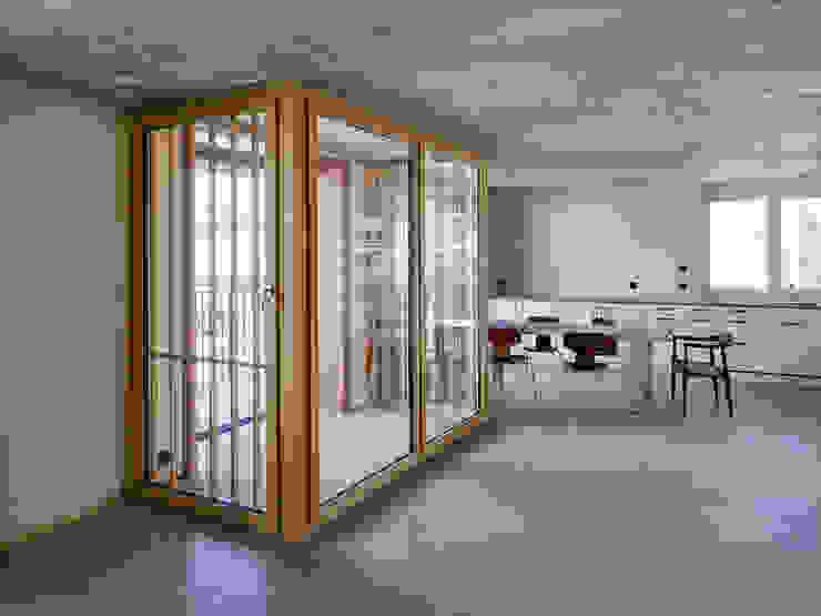 Wohnung Obergeschoss: Eingezogener Balkon Moderner Balkon, Veranda & Terrasse von Käferstein & Meister Dipl. Architekten ETH BSA SIA Modern