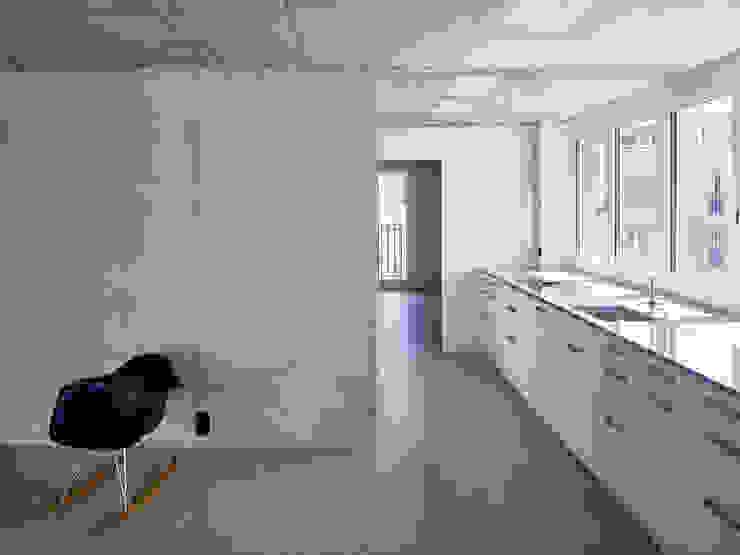 Wohnung 2. Obergeschoss: Küchenfront mit anschliessendem Wohnzimmer Moderne Küchen von Käferstein & Meister Dipl. Architekten ETH BSA SIA Modern