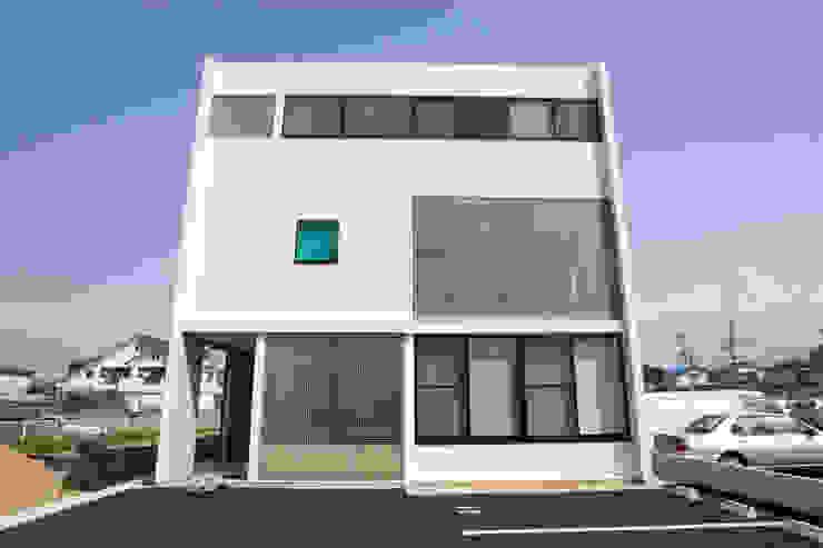 . モダンな 家 の アトリエ・バウ 1級建築士事務所 モダン