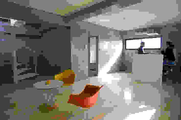 . モダンデザインの リビング の アトリエ・バウ 1級建築士事務所 モダン