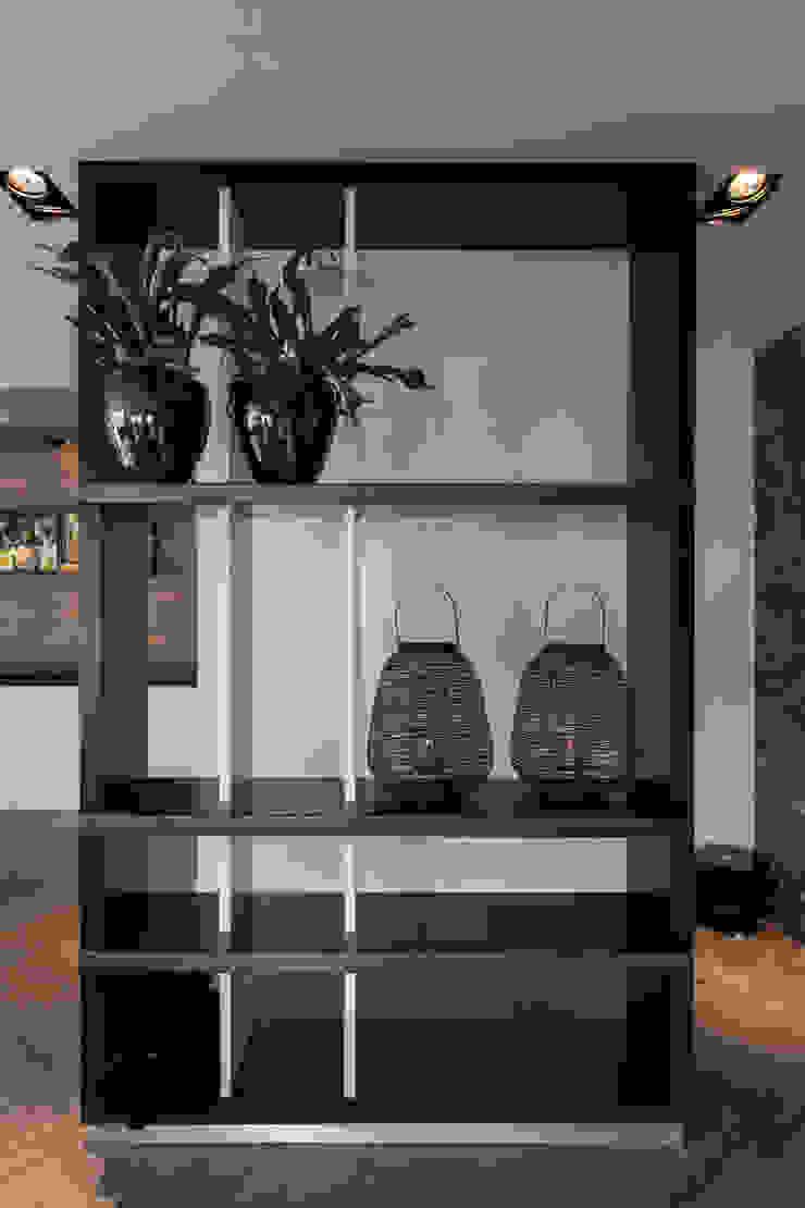 Roomdivider met blauwstaal schappen: modern  door Medie Interieurarchitectuur, Modern
