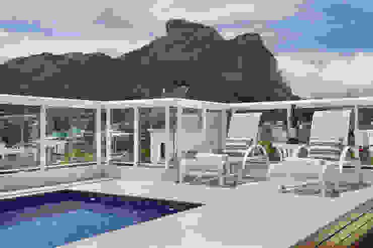 Modern Pool by Carolina Mendonça Projetos de Arquitetura e Interiores LTDA Modern