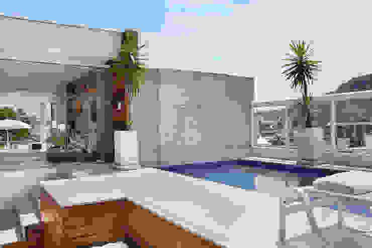 Piletas de estilo  por Carolina Mendonça Projetos de Arquitetura e Interiores LTDA , Moderno