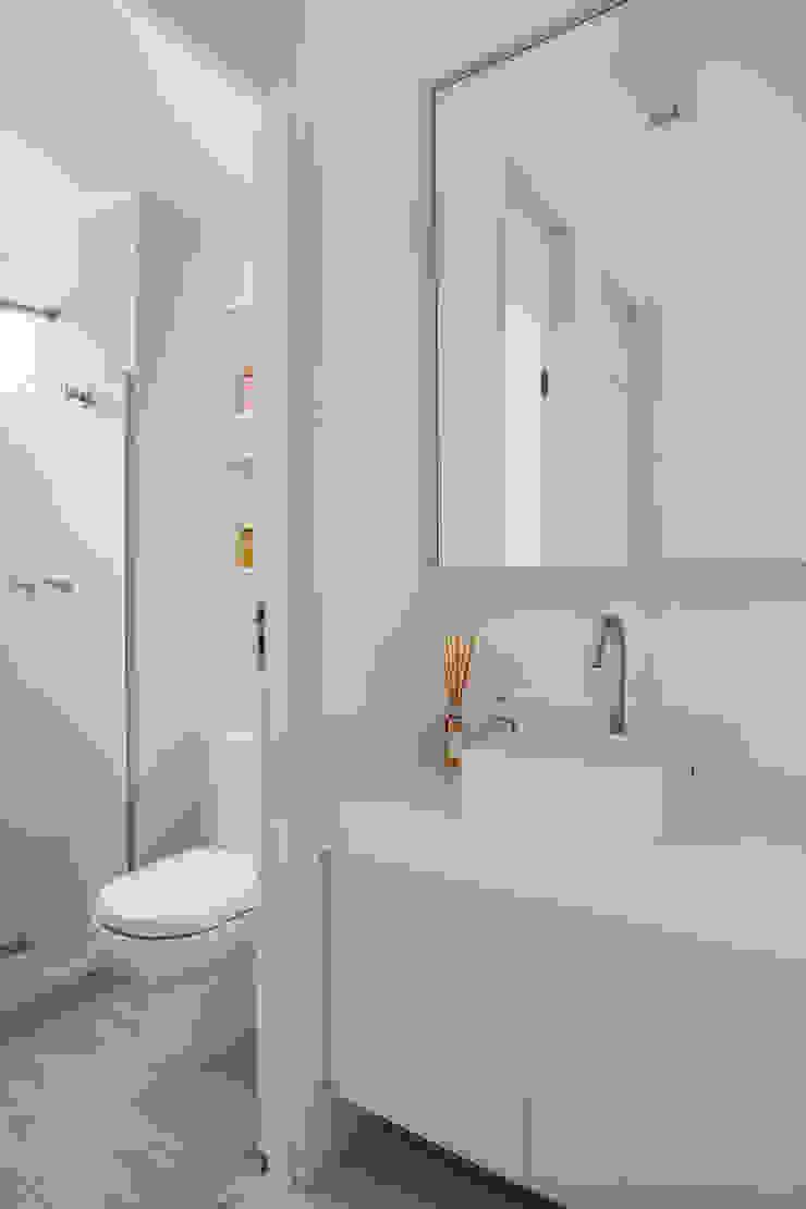 Modern bathroom by Carolina Mendonça Projetos de Arquitetura e Interiores LTDA Modern