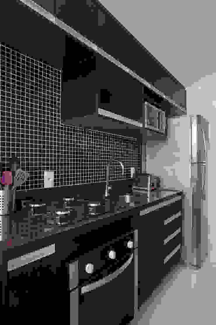 Modern kitchen by Carolina Mendonça Projetos de Arquitetura e Interiores LTDA Modern