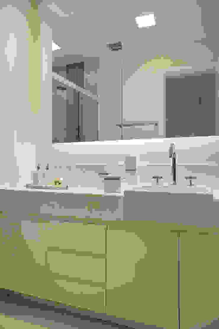 Apartamento varandão Banheiros modernos por Carolina Mendonça Projetos de Arquitetura e Interiores LTDA Moderno