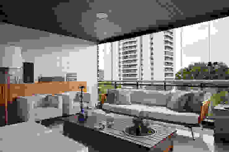 Apartamento varandão Varandas, alpendres e terraços modernos por Carolina Mendonça Projetos de Arquitetura e Interiores LTDA Moderno
