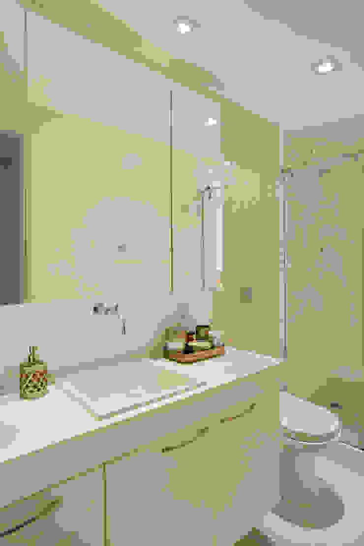 Apartamento Moderno Banheiros modernos por Carolina Mendonça Projetos de Arquitetura e Interiores LTDA Moderno