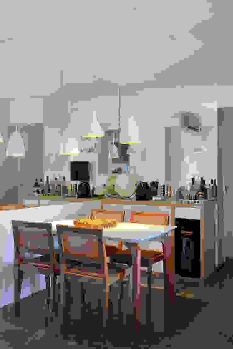 Apartamento Moderno Salas de jantar modernas por Carolina Mendonça Projetos de Arquitetura e Interiores LTDA Moderno