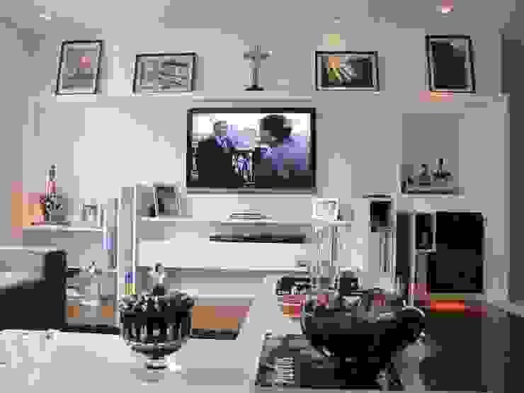 detalhe mesa de centro e móvel do home theater por Arquitetura Juliana Fabrizzi Moderno