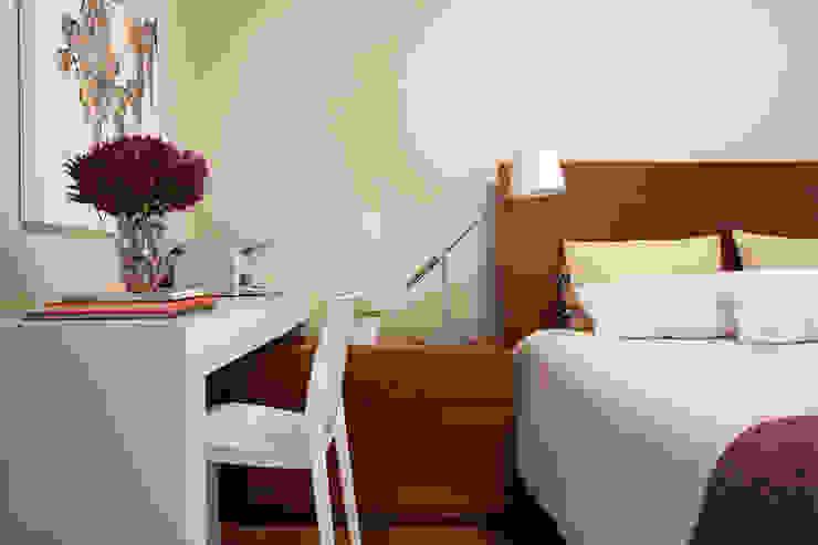 Liliana Zenaro Interiores Modern style bedroom Wood White