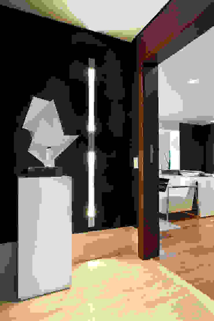 Liliana Zenaro Interiores Modern corridor, hallway & stairs Wood Brown