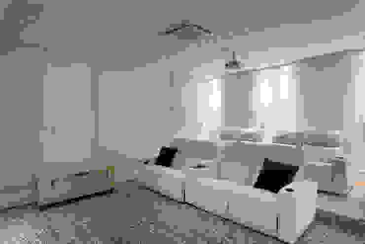 Casa Itu Salas multimídia modernas por Designer de Interiores e Paisagista Iara Kílaris Moderno