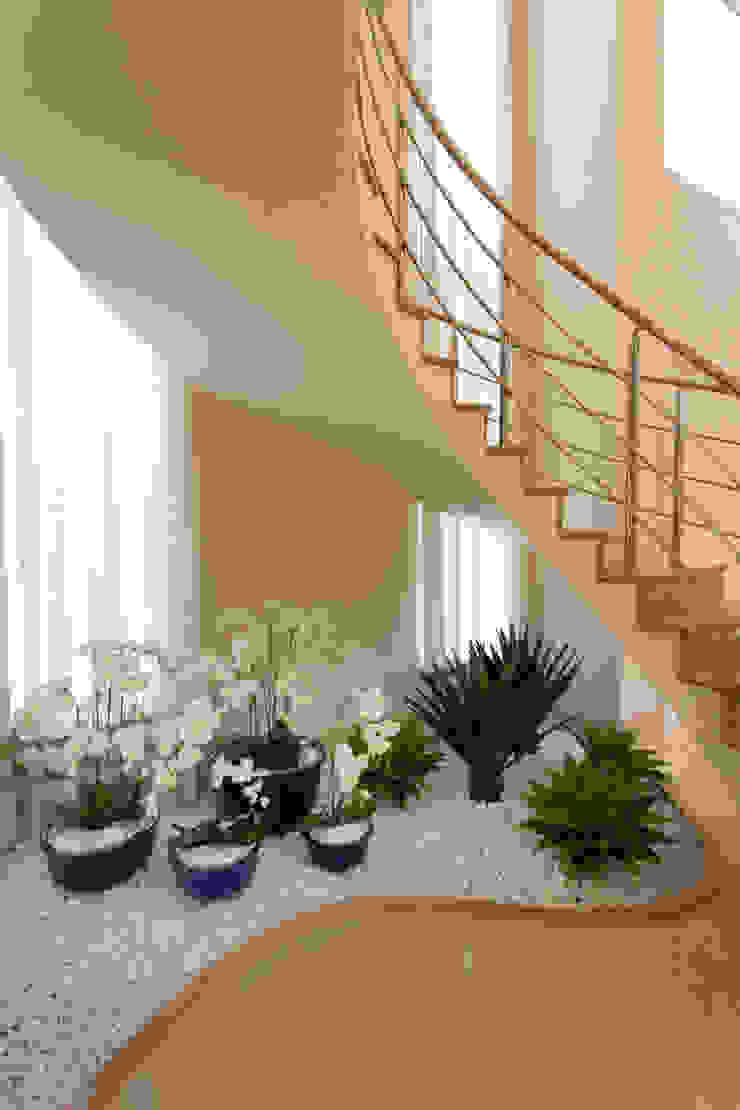 Casa Itu por Designer de Interiores e Paisagista Iara Kílaris Moderno