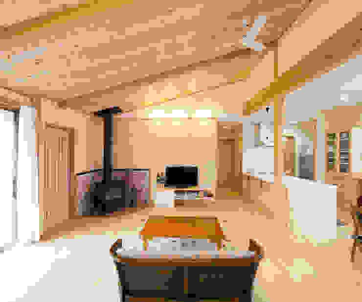 薪ストーブのあるリビング: 志賀建築設計室が手掛けた折衷的なです。,オリジナル