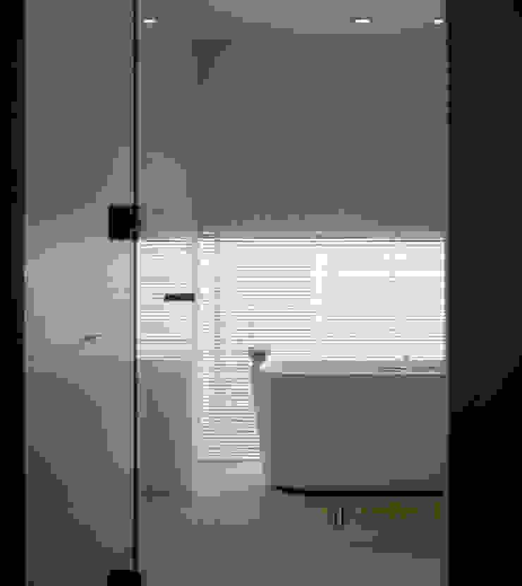 I house モダンスタイルの お風呂 の ATELIER A+A モダン