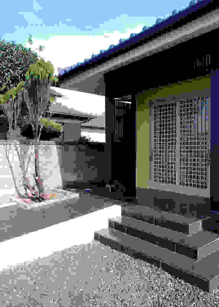 Cửa sổ & cửa ra vào phong cách chiết trung bởi 志賀建築設計室 Chiết trung