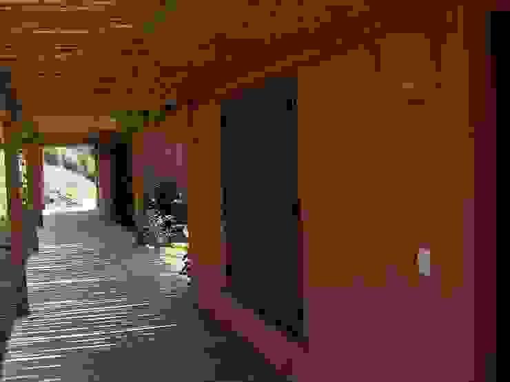 Acesso as casas de hóspedes Casas rústicas por Ronald Ingber Arquitetura Rústico