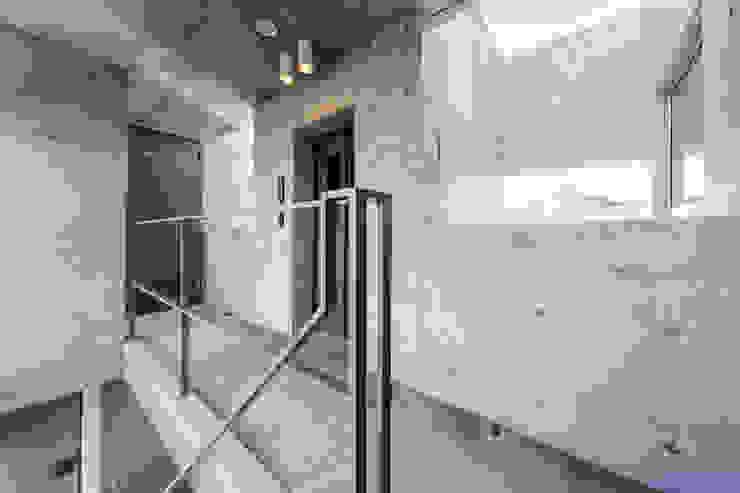 9 cross モダンスタイルの 玄関&廊下&階段 の ATELIER A+A モダン