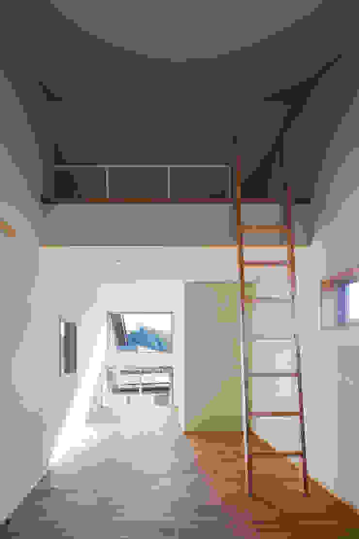 家族をつなぐスキップフロアの家-子ども室- モダンデザインの 子供部屋 の 小田達郎建築設計室 モダン