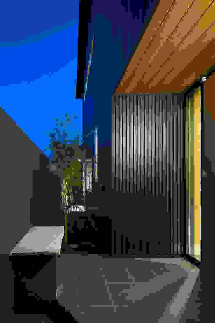 家族をつなぐスキップフロアの家-玄関ポーチ- モダンな 家 の 小田達郎建築設計室 モダン