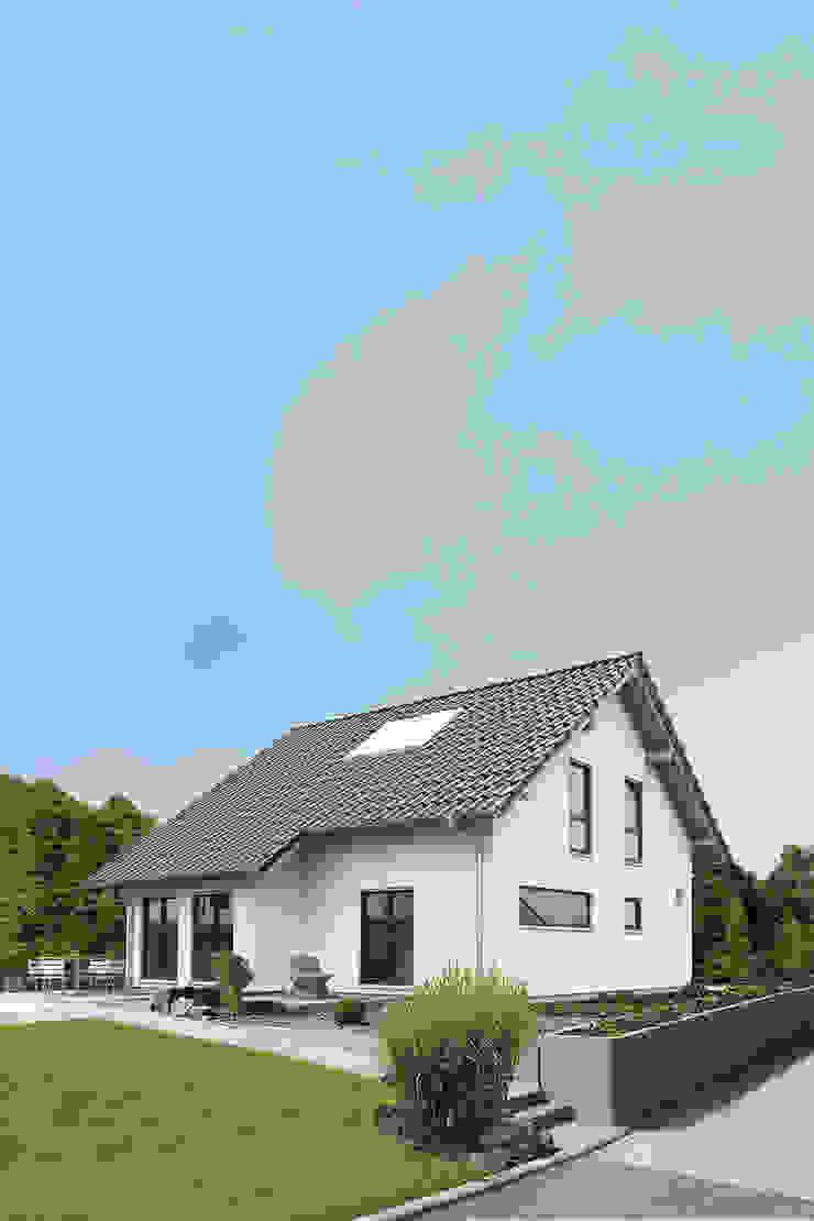VIO 302 - Außenansicht mit Erker und Querfenster FingerHaus GmbH - Bauunternehmen in Frankenberg (Eder) Einfamilienhaus