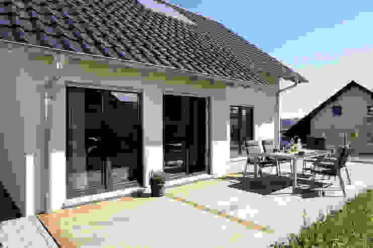 Balcone, Veranda & Terrazza in stile moderno di FingerHaus GmbH - Bauunternehmen in Frankenberg (Eder) Moderno