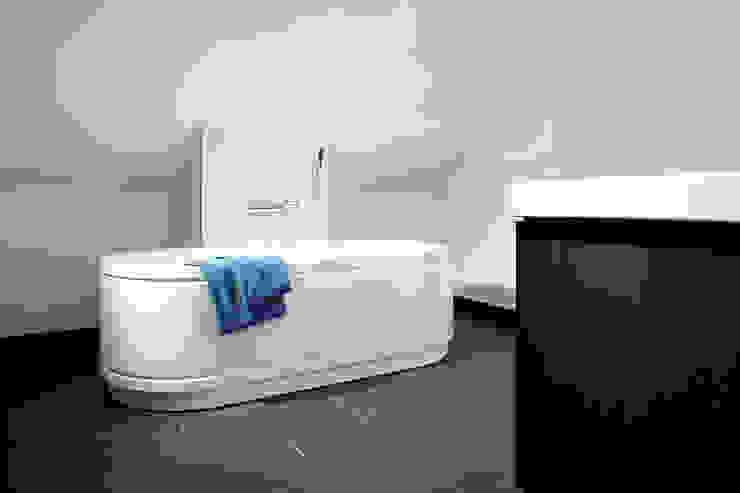 Modern bathroom by FingerHaus GmbH - Bauunternehmen in Frankenberg (Eder) Modern