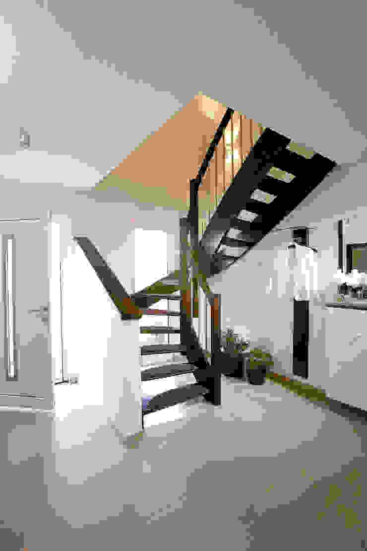 VIO 302 - Eingangsbereich mit einer Vollholztreppe FingerHaus GmbH - Bauunternehmen in Frankenberg (Eder) Moderner Flur, Diele & Treppenhaus