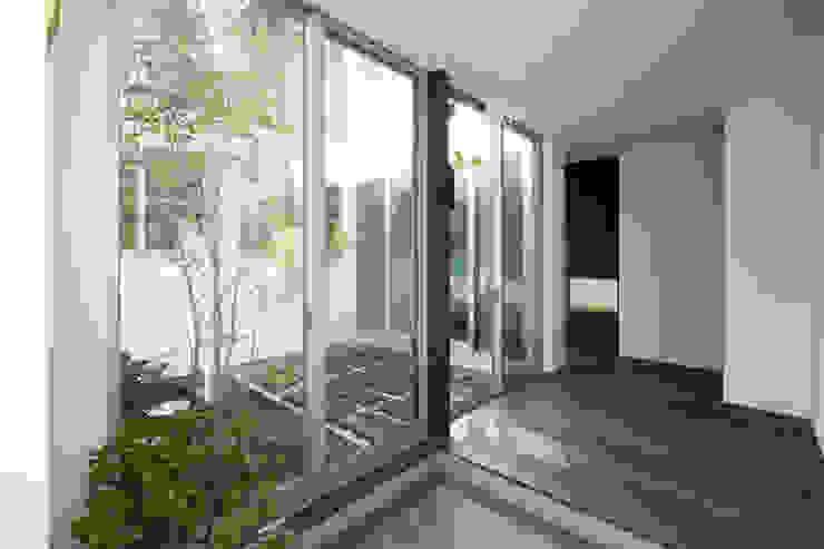 Pasillos, hall y escaleras asiáticos de エトウゴウ建築設計室 Asiático