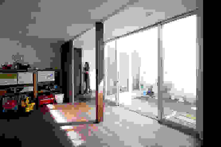 Dormitorios infantiles de estilo moderno de エトウゴウ建築設計室 Moderno