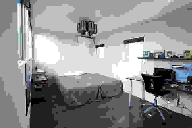 Dormitorios de estilo moderno de エトウゴウ建築設計室 Moderno