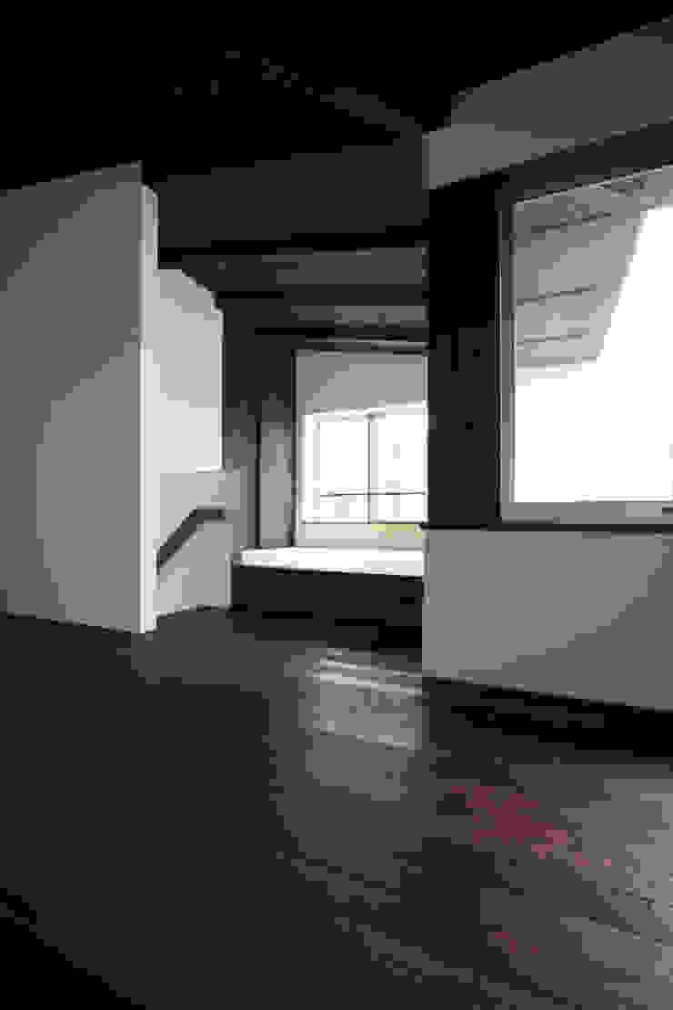 Salas multimedia de estilo asiático de エトウゴウ建築設計室 Asiático