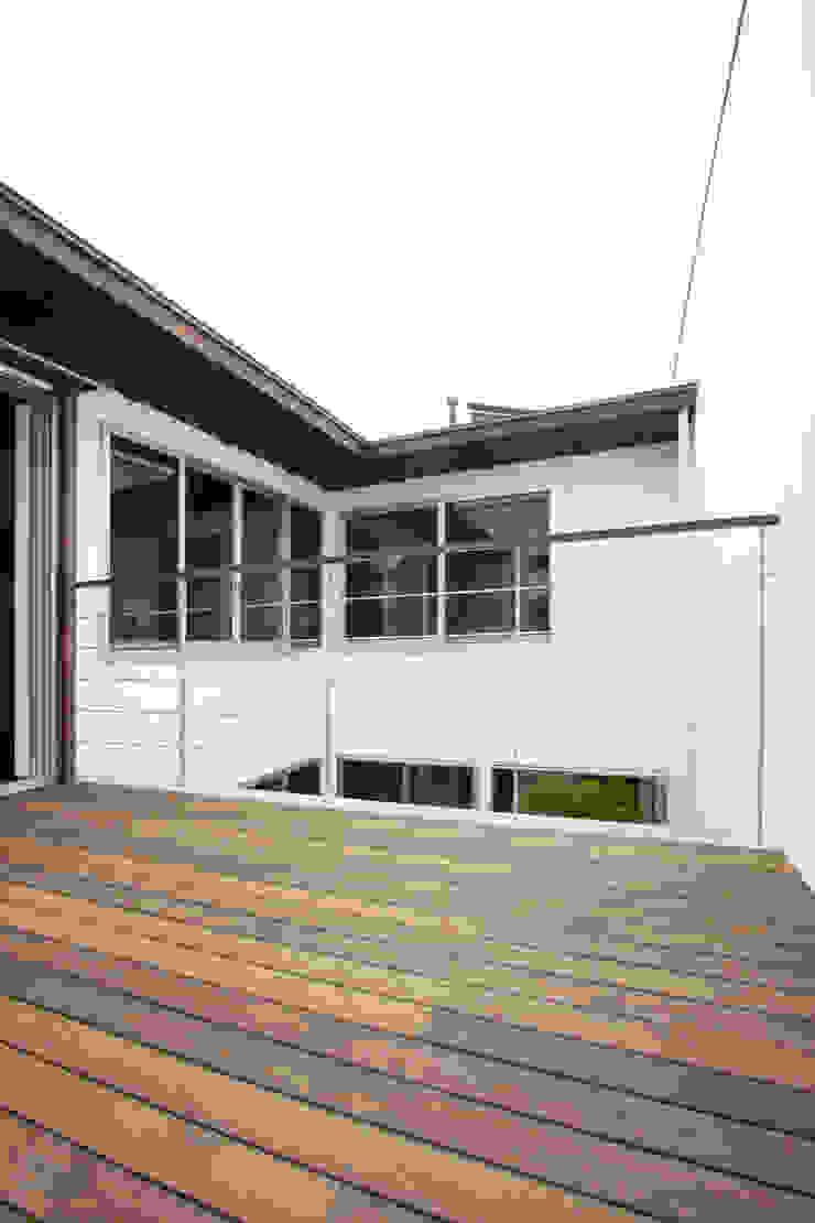 Balcones y terrazas modernos de エトウゴウ建築設計室 Moderno