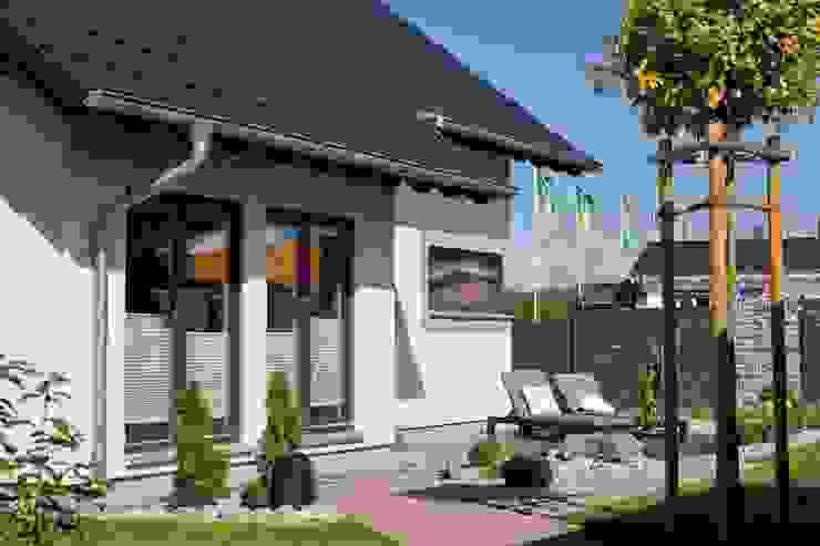Balcones y terrazas de estilo moderno de FingerHaus GmbH - Bauunternehmen in Frankenberg (Eder) Moderno