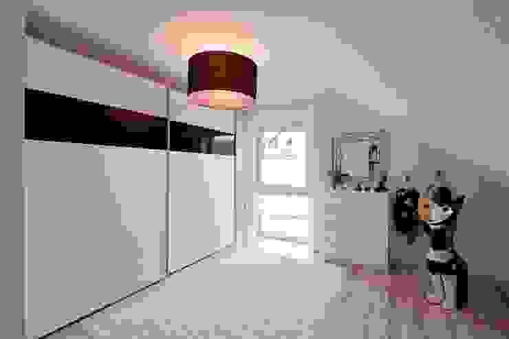 Modern dressing room by FingerHaus GmbH - Bauunternehmen in Frankenberg (Eder) Modern