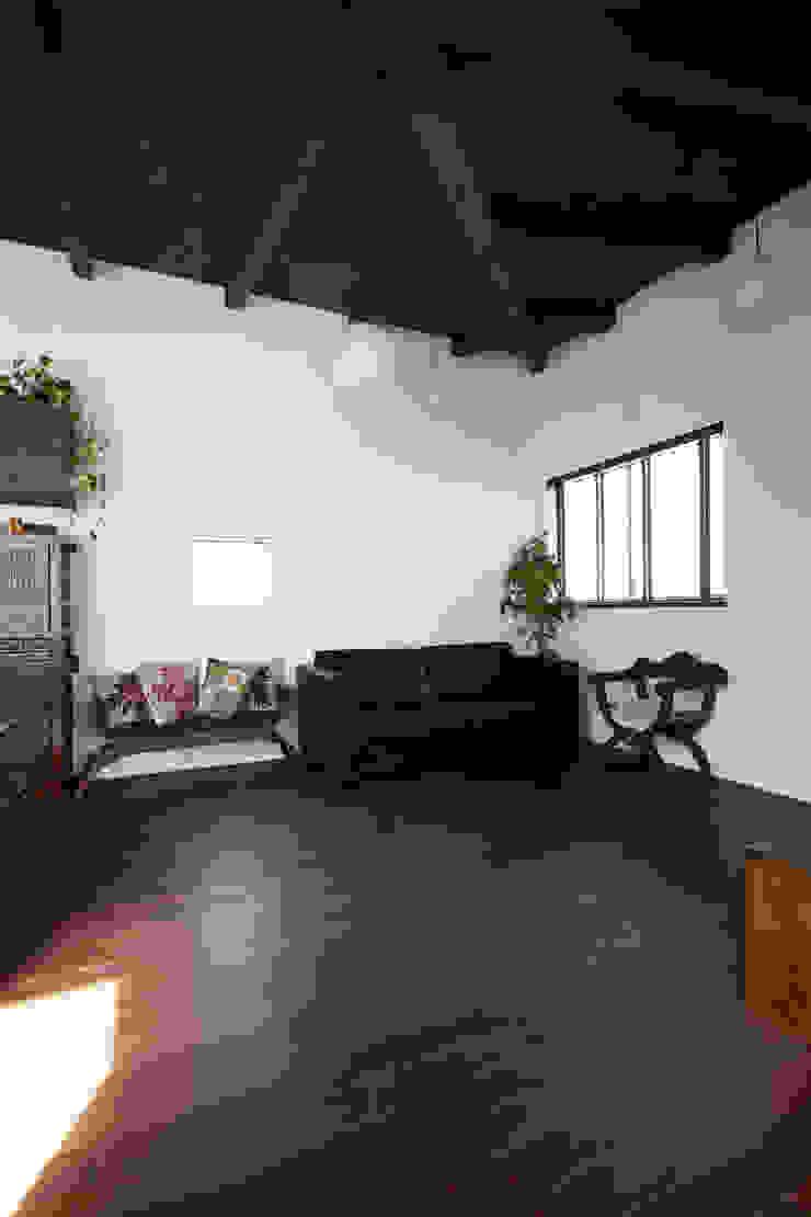 Livings de estilo asiático de エトウゴウ建築設計室 Asiático
