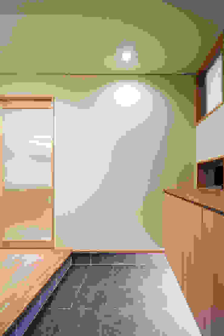 家族をつなぐスキップフロアの家-玄関- モダンな 壁&床 の 小田達郎建築設計室 モダン
