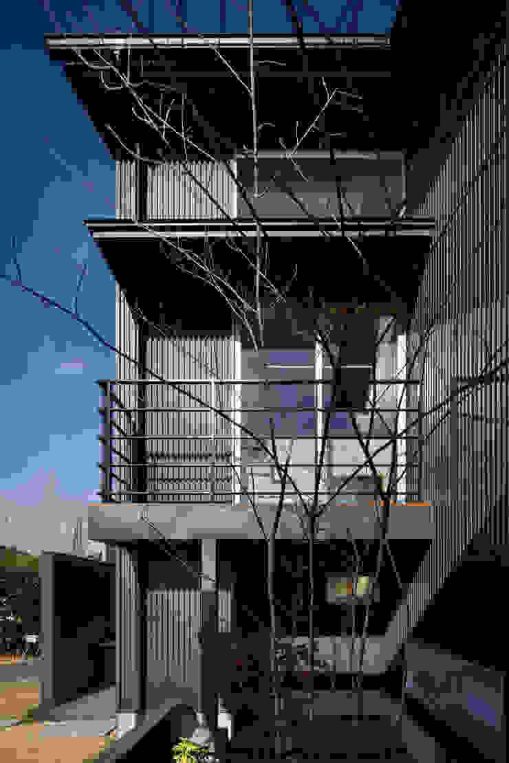 家族をつなぐスキップフロアの家-外観2- モダンな庭 の 小田達郎建築設計室 モダン
