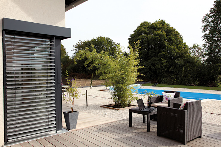 VIO 302 - Terrasse:  Terrasse von FingerHaus GmbH - Bauunternehmen in Frankenberg (Eder),Modern