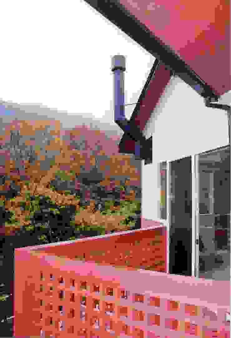 暖炉と書斎とせせらぎの聞こえる家 オリジナルな 家 の 建築設計事務所PRADO オリジナル